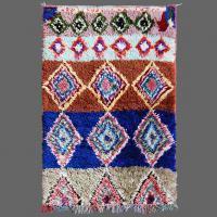 Un petit tapis de Boucherouite mais très intelligent avec des bandes de couleurs et plusieurs formes de rhombes.