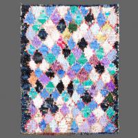 Fabriqué avec un style patchwork, ce petit tapis de Boucherouite est absolument charmant.